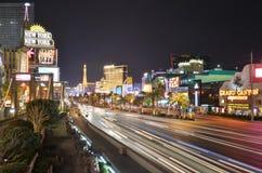 小条、拉斯韦加斯大道、巴黎旅馆和赌博娱乐场、新的约克新的约克旅馆&赌博娱乐场,市区,镇,夜,路 图库摄影
