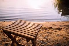 小板凳在海滩站立在湖的岸旁边 库存照片