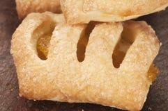 小果馅奶酪卷蛋糕用柠檬 库存图片