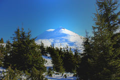 小核伊冯-与两个白色峰顶的山 库存图片