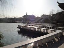 小桥梁和流动的水 库存图片