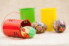 小桶和复活节彩蛋 免版税图库摄影
