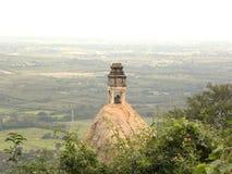 小楠迪公牛寺庙和雕象在一个岩石顶部在山峰 免版税图库摄影