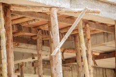 小楼房建筑的脚手架木头 免版税库存照片