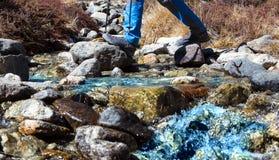 小横渡它的山小河和远足者 库存图片