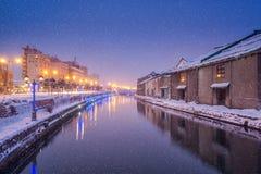 小樽运河在冬天晚上 图库摄影