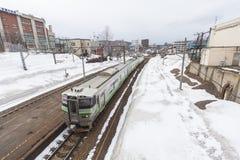 从小樽驻地的离去的火车,当下雪时 图库摄影