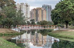 小橙色桥梁在生态公园,在Indaiatuba, Brazi 免版税库存图片
