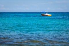 小橙色渔船,在开阔水域的游船 热带土耳其玉色海背景 免版税库存图片