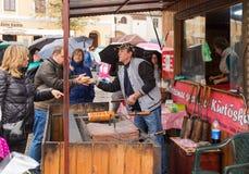 小正方形的卖主烹调并且卖甜点给游人在锡比乌市在罗马尼亚 库存照片