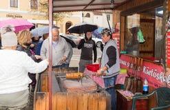 小正方形的卖主烹调并且卖甜点给游人在锡比乌市在罗马尼亚 库存图片