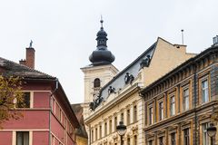 小正方形的片段和委员会在一个雨天耸立在锡比乌市在罗马尼亚 库存照片