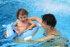 小母亲池游泳 免版税库存照片