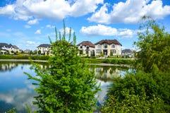 小池塘在邻里 免版税库存照片