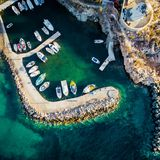 小汽艇从上面被停泊在船坞,帕罗斯岛海岛,希腊,看法 免版税库存图片