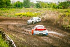 小汽车赛在地面轨道 库存图片