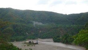 小河、山和森林在一阴暗天 免版税库存照片