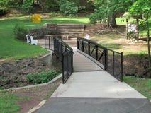 """小河、树和小步行桥在罗斯福在爱迪生, NJ,美国停放 Ð """" 免版税图库摄影"""