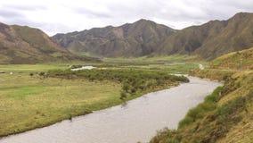 小河、草原和小山看法  库存照片