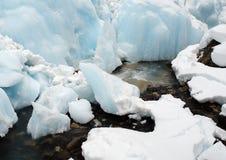 小河冰冷多雪 图库摄影