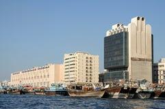 小河单桅三角帆船迪拜 库存照片