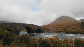 小河和古老桥梁在山, skye -苏格兰,英国小岛  股票视频