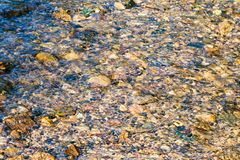 小河和小石头在它 免版税库存图片