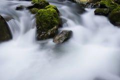 小河和岩石 库存图片