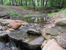 """小河和微小的水坝在罗斯福在爱迪生, NJ,美国停放 Ð """" 免版税库存照片"""