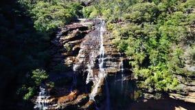 小河和瀑布在长得太大的森林空中顶视图的山 股票录像
