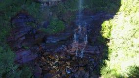 小河和瀑布在长得太大的森林空中顶视图的山 股票视频