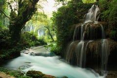小河和瀑布环境美化与对此的大树 库存图片