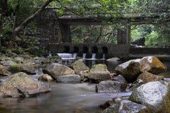 小河和石头桥梁在城门水塘 免版税库存照片