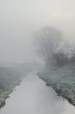 小河在有雾的早晨 免版税库存图片