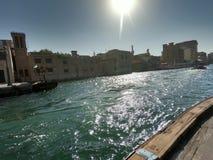 小河在迪拜有码头和大厦看法The Creek 免版税库存照片