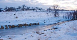 小河多雪冻结的半的场面 库存照片