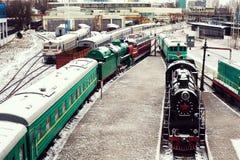 小河引擎活动火车铁轮子在铁路轨道透视的对老和经典期间的金黄轻的向前用途 免版税库存图片