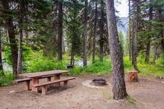 小河旁边露营地 库存图片