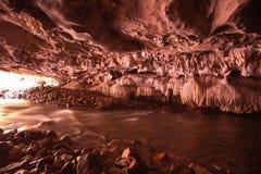 小河比里奥洞北碧,泰国流经岩石和钟乳石  免版税图库摄影