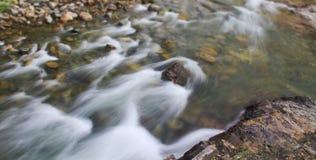 小河流动的全景 库存照片