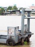 小河流桥渡轮渡运送和传输速度小船的浮动乘客码头 免版税库存照片