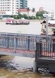 小河流桥渡轮渡运送和传输速度小船的浮动乘客码头 库存图片
