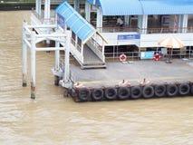 小河流桥渡轮渡运送和传输速度小船的浮动乘客码头 免版税库存图片
