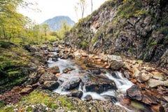 小河流经在斯凯岛小岛的岩石  库存照片