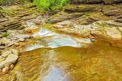 小河用在深峡谷的纯净的水 库存图片