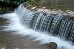 从小河的白色瀑布 免版税库存图片