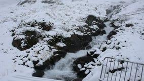 小河的行动从Kaunertal冰川瀑布的在蒂罗尔,奥地利 影视素材