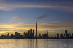 从小河的迪拜地平线 库存图片