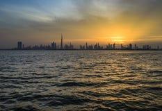 从小河的迪拜地平线 免版税库存图片