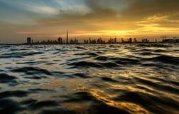 从小河的迪拜地平线 免版税库存照片